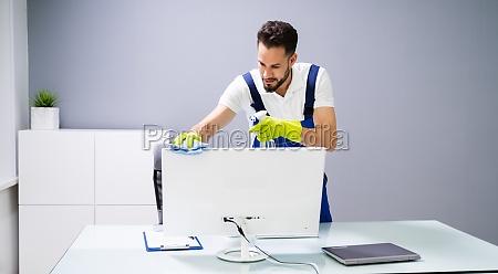 computador de limpeza do zelador masculino
