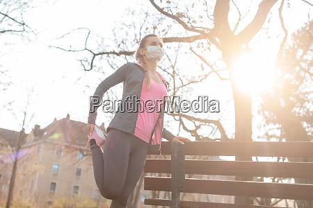 mulher durante crises de coronavirus exercitando