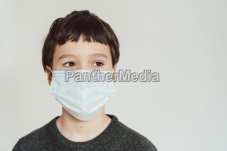 jovem usando mascara de fato durante