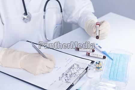 medico maos segurando covid 19 coronavirus