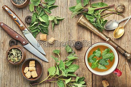 cha de ervas deliciosos preparado com