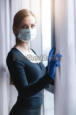 mulher preocupada e ansiosa usando mascara