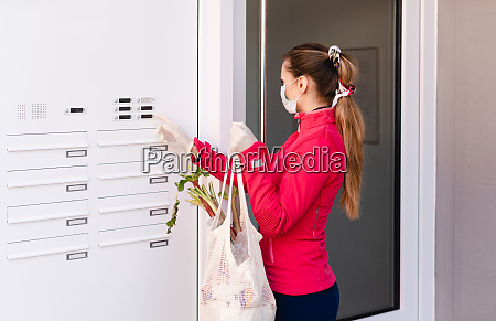 jovem compra mantimentos para pessoas em