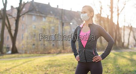 mulher em forma durante crise de
