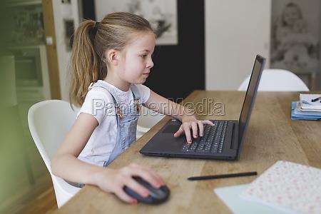 menina sentado na frente de seu