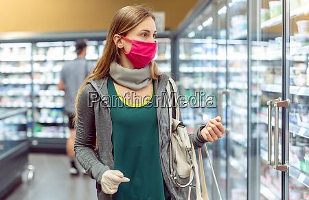 mulher em compras de supermercado em