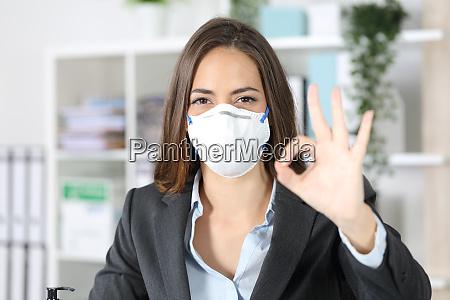 executivo gesticulando ok evitando coronavirus no