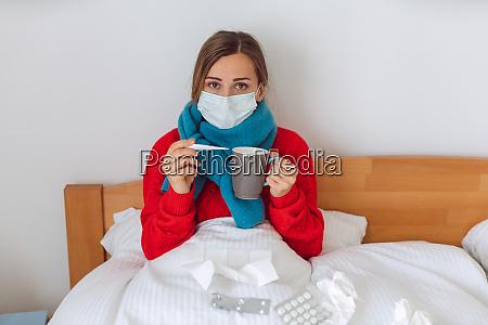 mulher contraiu covid 19 medindo febre