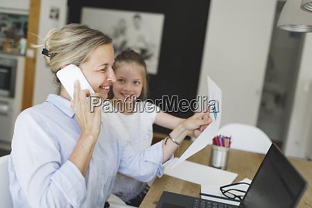 mulher de negocios muito jovem trabalha