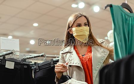 mulher comprando em loja de moda