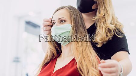 mulher com penteado fresco em loja