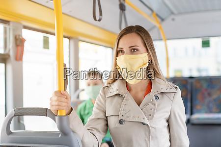 mulher que usa transporte publico durante