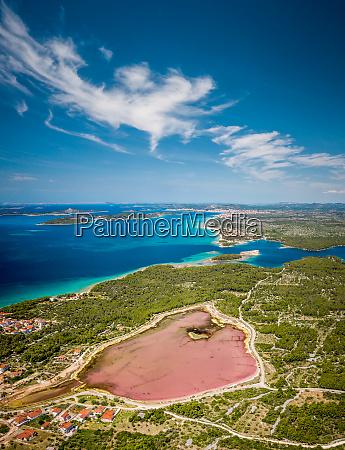 vista aerea de um lago rosa
