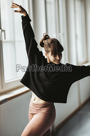 jovem bailarina dancando em estudio