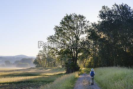 comprimento total da mulher idosa caminhando