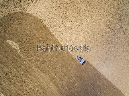 vista aerea do trator em fazenda