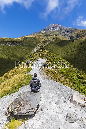 nova zelandia caminhante masculino admirando paisagem