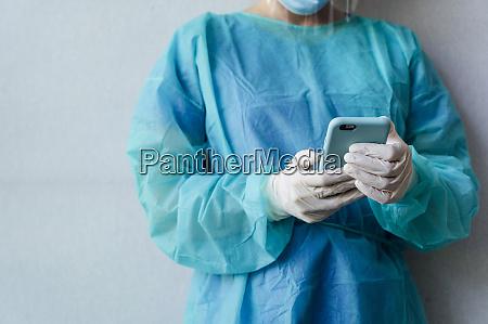 dentista com mascara protetora na clinica