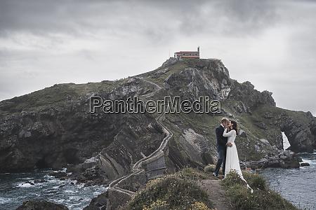 casal de noivas na ponte gaztelugatxe