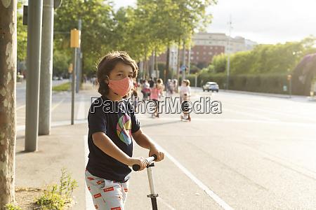 retrato de menino usando mascara protetora
