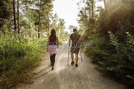 vista traseira de casal caminhando na