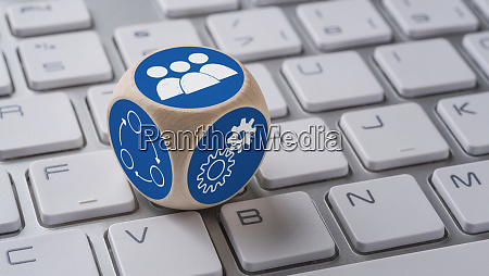 um dado com icones em um