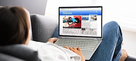 assistindo noticias na tela do computador