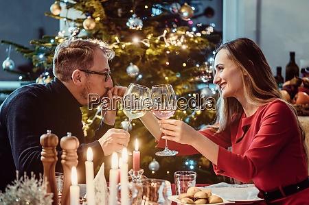 casal de meia idade bebendo vinho