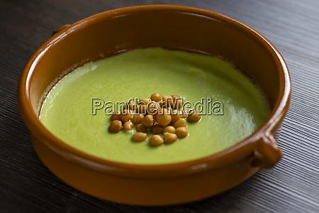 vida morta de sopa ervilhas verdes