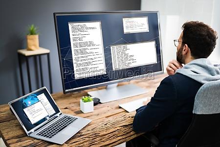 programador de desenvolvedor de software usando