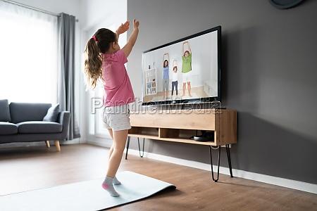 crianca fazendo exercicio de fitness na