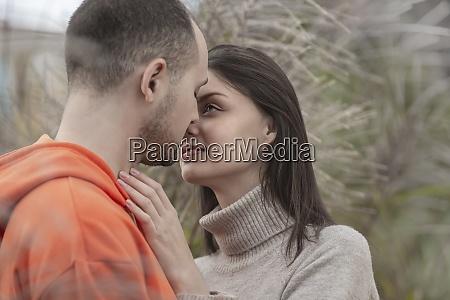 jovem casal sensual e afetuoso se