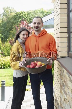 retrato feliz jovem casal com tigela
