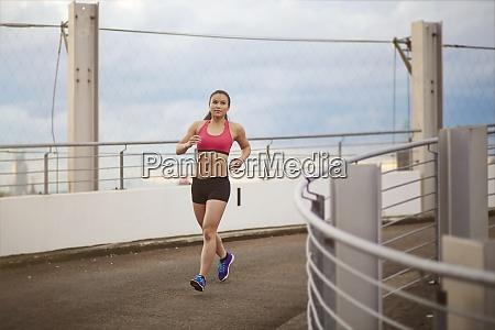 jovem esportista asiatica correndo