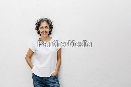 mulher madura sorridente com cabelo curto