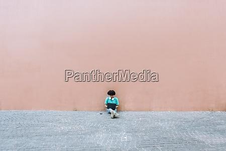 homem, usando, laptop, enquanto, estava, sentado - 29129513
