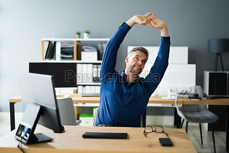 exercicio de alongamento no office desk