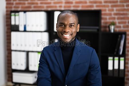 feliz profissional africano empregado