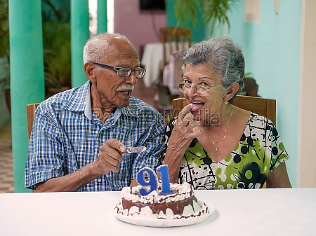 casal de idosos comemora aniversario de