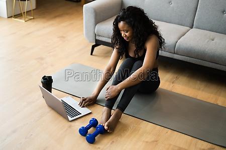 assistindo exercicio do programa de video