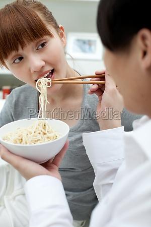 pessoas orientais asiaticas intimidade mulher jovem