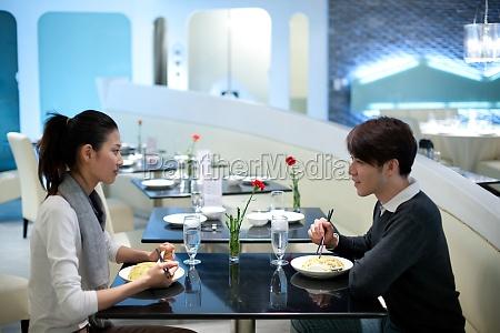 um casal no restaurante