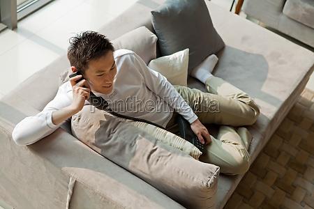 composicao transversal asiatica um homem adulto