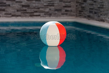 bola inflavel em uma piscina