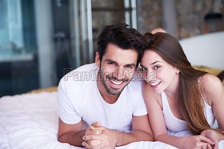 casal relaxar e se divertir na