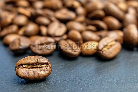 feijao de cafe deitado na frente