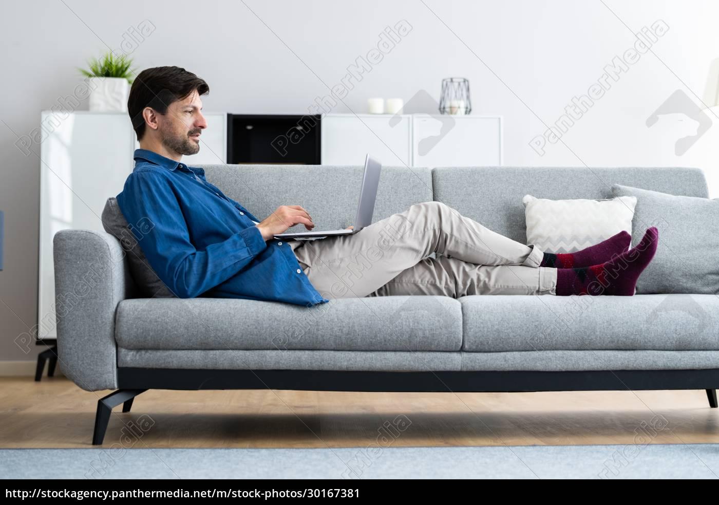 homem, usando, laptop, computador - 30167381