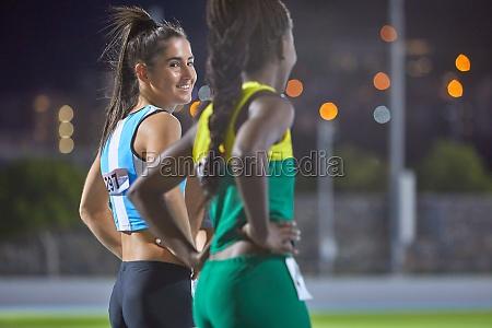 felizes atletas de atletismo feminino na